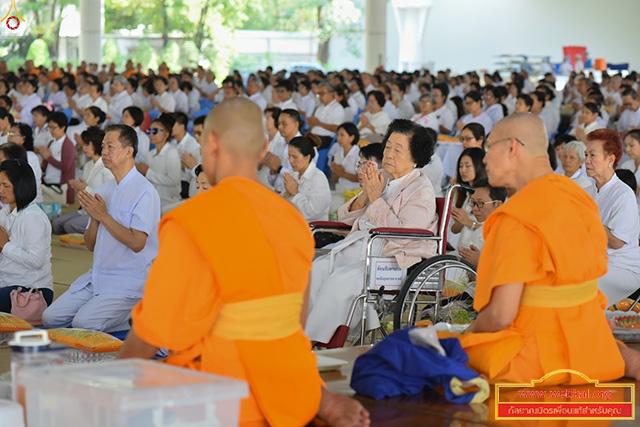 พิธีปุพพเปตพลี ครั้งที่ 73 อุทิศบุญกุศลแด่หมู่ญาติที่ล่วงลับ สาธุชนร่วมถวายภัตตาหารเป็นสังฆทาน ณ หอฉันคุณยายอาจารย์ฯ วัดพระธรรมกาย ต.คลองสาม อ.คลองหลวง จ.ปทุมธานี วันที่ 14 กุมภาพันธ์ พ.ศ. 2561